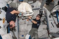 シグナス補給船の到着に向けた準備を行う若田、マストラキオ両宇宙飛行士