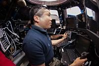 キューポラにて、ドラゴン補給船運用3号機の把持・係留のためSSRMSを操作する若田宇宙飛行士