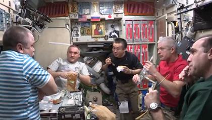 ズヴェズダ(ロシアのサービスモジュール)で第39次長期滞在クルーが一緒に食事をとる様子