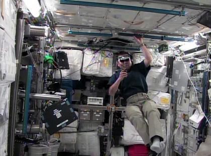 写真:「きぼう」で作業する若田宇宙飛行士