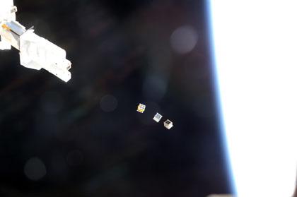 写真:放出された3基の超小型衛星