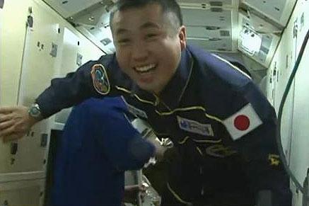 写真:ISSに入室した若田宇宙飛行士