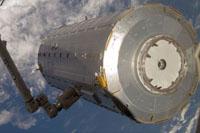 画像:ペイロードベイ(貨物室)から取り出された船内実験室