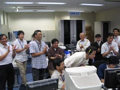 ユーザ運用エリアで初回起動の様子をモニタする研究グループ右奥4人目が代表研究者の五家建夫 JAXA主幹研究員