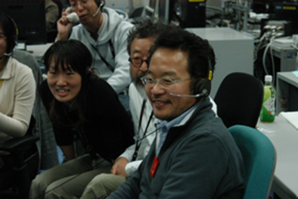 Principal Investigator (PI) Professor Atsushi Higashitani (center front) monitoring the completion of the experiment at the User Operations Area (UOA), TKSC