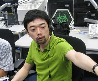 実験運用管制室で実験の進行状況を見守る田中助教