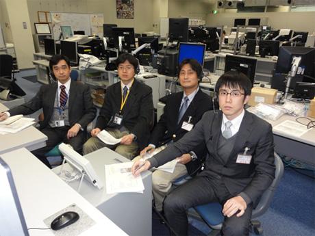 運用管制室で実験を見守る研究チーム(左からPI槇村先生と佐藤先生(帝京大)、馬場先生と一條先生(大阪大学))