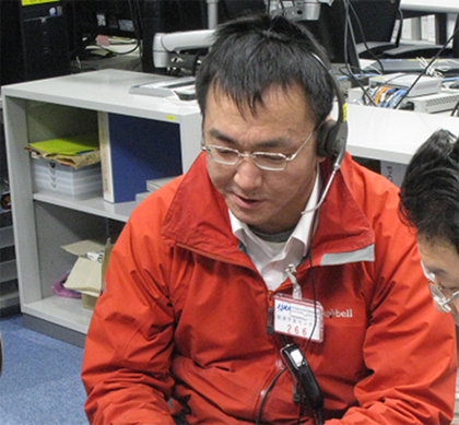 Kenji Endo, a member of the Nanoskelton experiment team monitoring the experiment at the UOA