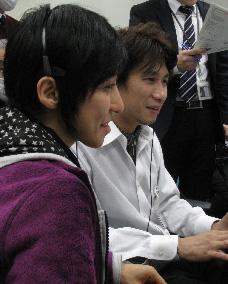 写真:実験運用管制室で実施の様子を見守るPIの小野氏(左)とCIの根岸創氏(右)