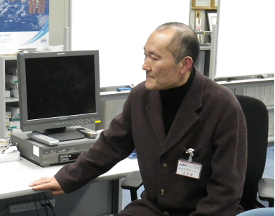 Prof. Matsui monitors the proceeding from the User Operations Area at the Tsukuba Space Center (TKSC).