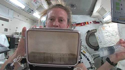 容器に給水するKaren Nyberg 飛行士(出典:JAXA/NASA)