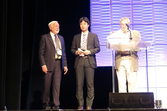 授賞式(中央が受賞者の矢野氏)