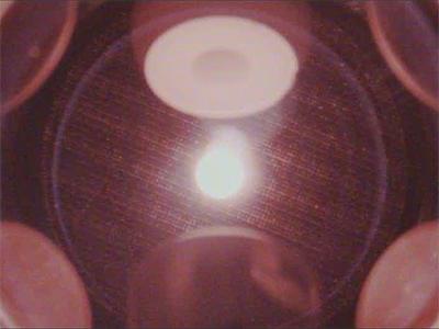6つの電極間で浮遊する溶融酸化アルミニウム(中央)(平成29年7月取得)