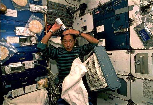 astronaut shampoos hair in space - photo #22