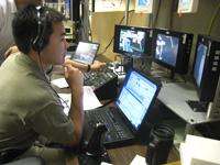 写真:バーチャルリアリティ(VR)システムを使用したロボットアームのシミュレータで訓練を行う星出宇宙飛行士