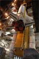 固体ロケットブースタ(Solid Rocket Booster: SRB)と外部燃料タンク(External Tank: ET)へのオービタの結合