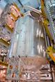 射点にて、アトランティス号のペイロードベイ(貨物室)に搭載される「コロンバス」(欧州実験棟)