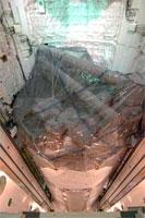 ペイロードベイ(貨物室)へ搭載される「きぼう」船内実験室とロボットアーム