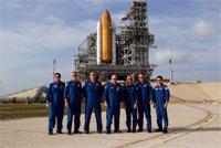 STS-124クルーとディスカバリー号