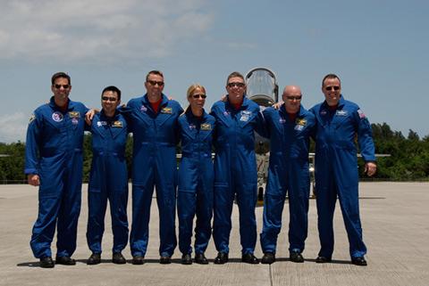 写真:打上げに備え、NASAケネディ宇宙センター(KSC)に到着したSTS-124クルー(提供:NASA)