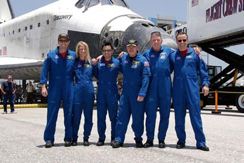 写真:着陸後のディスカバリー号のクルー(提供:NASA)