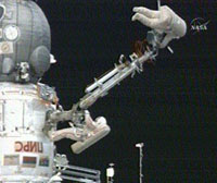 船外活動を行うヴォルコフ(左下)、コノネンコ(右上)両宇宙飛行士(提供:NASA)