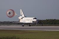 写真:ディスカバリー号の着陸(提供:NASA/Bill Ingalls)
