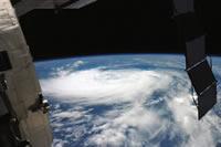 ISSから撮影された熱帯低気圧「エドアード」(提供:NASA)
