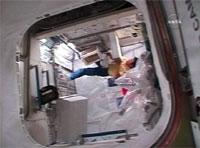 船内保管室内で作業を行う土井宇宙飛行士