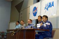記者会見を行う若田(右)、野口(右から2番目)宇宙飛行士らクルー5名