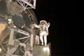 第3回船外活動にて「コロンバス」(欧州実験棟)のハンドレールにつかまり手を広げるレックス・ウォルハイム宇宙飛行士(飛行9日目)