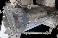 画像:ハーモニー(右奥)に取り付けられた船内実験室と、船内実験室に固定されたロボットアーム(左)