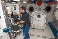 「きぼう」ロボットアームの機能確認を行うシャミトフ宇宙飛行士(提供:NASA)
