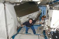 船内実験室へ米国の実験ラックを移設作業中のシャミトフ(中央)、ヴォルコフ(右)両宇宙飛行士(提供:NASA)