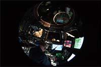 MRM1設置のためキューポラからISSのロボットアーム(SSRMS)を操作する様子