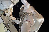 第3回船外活動でP6トラスのバッテリ交換作業を行うマイケル・グッド宇宙飛行士
