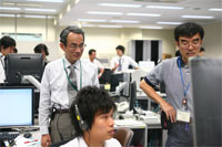 「きぼう」実験運用管制室でマランゴニ対流実験の様子を見守る河村教授(中央左)