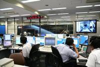 実験開始に向けて各装置の機能確認を行う実験運用管制チームの様子