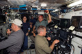 「デスティニー」(米国実験棟)内で作業をするSTS-117クルーと第15次長期滞在クルー(飛行5日目)