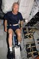 アトランティス号のミッドデッキで自転車エルゴメータを使い運動をするパトリック・フォレスター宇宙飛行士(飛行5日目)