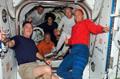第2回船外活動後にポーズをとるSTS-117クルーと第15次長期滞在クルー(飛行6日目)