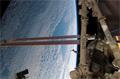 「カナダアーム2」(ISSのロボットアーム)と太陽電池パドル(Solar Array Wing: SAW)(飛行11日目)