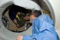 ドッキング後にアトランティス号コマンダーのスティーブ・フリック宇宙飛行士(手前)を迎え入れるISSコマンダーのペギー・ウィットソン宇宙飛行士(奥)(飛行3日目)