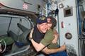 ISSに到着したSTS-122コマンダーのスティーブ・フリック宇宙飛行士(左)を歓迎するISSコマンダーのウィットソン宇宙飛行士(右)(飛行3日目)