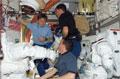 「クエスト」(エアロック)で作業するペギー・ウィットソン(左)、スタンリー・ラブ(右奥)、レックス・ウォルハイム(手前)宇宙飛行士(飛行4日目)