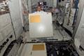 「コロンバス」(欧州実験棟)内でラックから外したパネルを見せるレオポルド・アイハーツ宇宙飛行士(飛行7日目)
