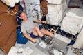 アトランティス号のミッドデッキで運動をするアレン・ポインデクスター宇宙飛行士(飛行8日目)