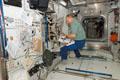 「コロンバス」(欧州実験棟)の整備作業を行うハンス・シュリーゲル宇宙飛行士(飛行9日目)