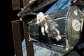 第3回船外活動にて「コロンバス」(欧州実験棟)の外部で作業を行うレックス・ウォルハイム宇宙飛行士(飛行9日目)