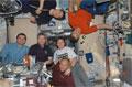 「ズヴェズダ」(ロシアのサービスモジュール)内で食事をとるSTS-122クルーとISSの第16次長期滞在クルー(飛行11日目)